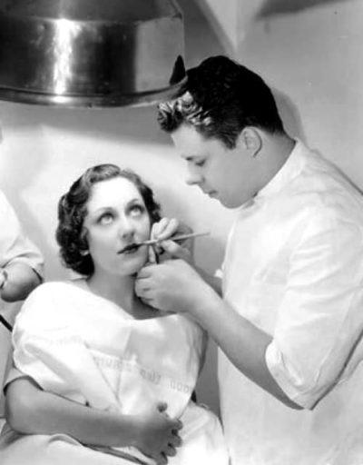 Визажист Перк Вестмор делает макияж актрисе Энн Дворак