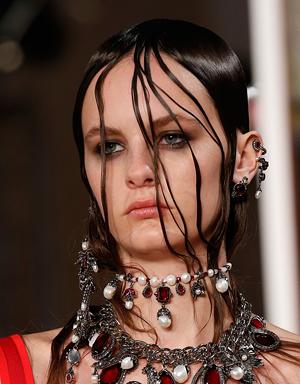 Влажные волосы, Alexander McQueen