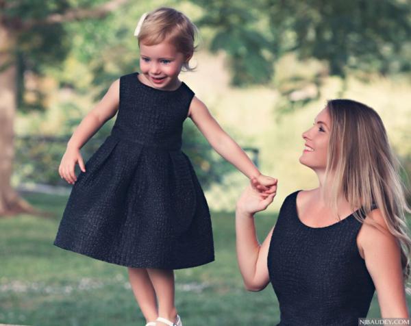 мама и дочка в черной одежде